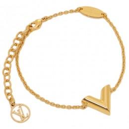 اسورة ذهبية علر شكل حرف V